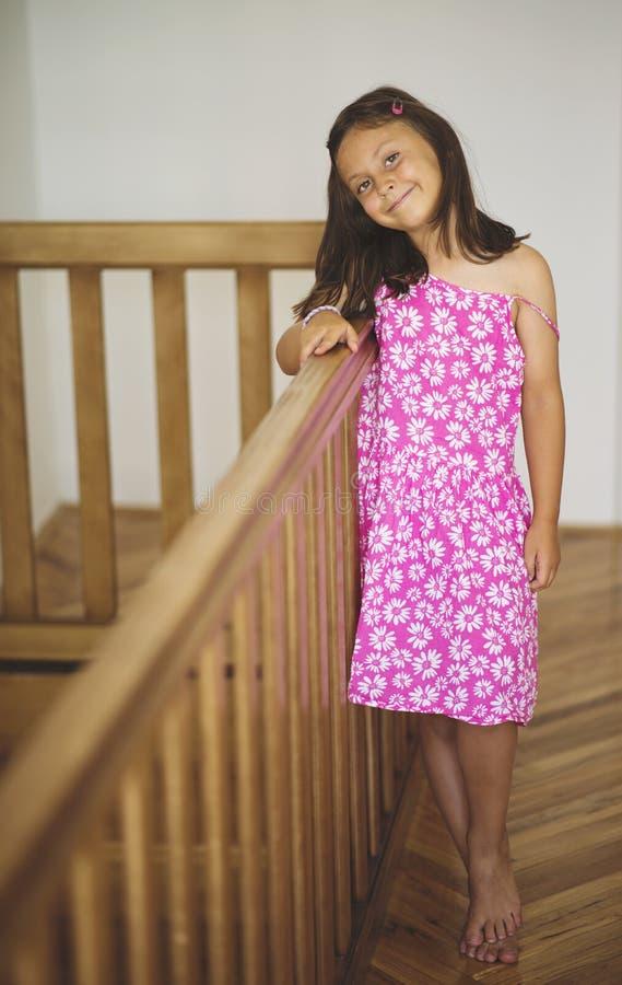 Retrato de uma menina caucasiano bonita que levanta para a câmera fotografia de stock royalty free