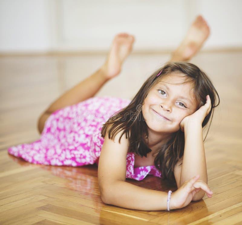 Retrato de uma menina caucasiano bonita que levanta para a câmera fotos de stock