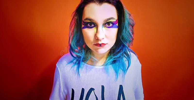 Retrato de uma menina com cabelo azul em uma composição muito colorida foto de stock