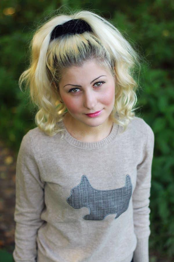 Retrato de uma menina com cabelo louro fotografia de stock royalty free