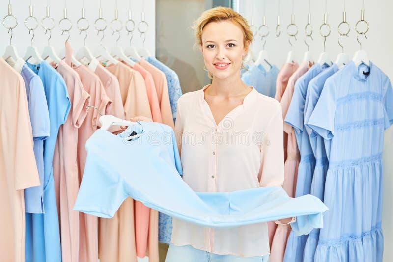 Retrato de uma menina com dentro uma loja de roupa imagens de stock