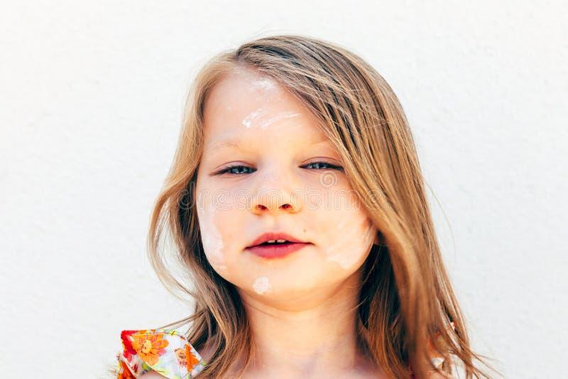 Retrato de uma menina com uma farinha sujada da cara fotografia de stock