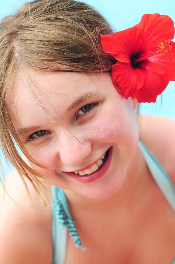 Retrato de uma menina com flor vermelha foto de stock royalty free