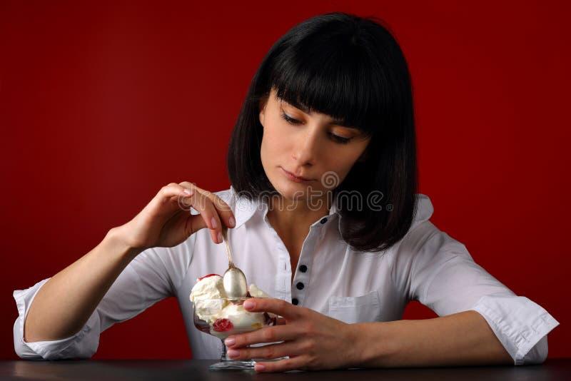 Retrato de uma menina com gelado foto de stock royalty free