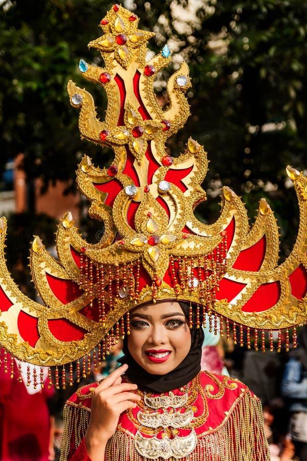 Retrato de uma menina com o traje da fantasia em Java Folk Arts Festival ocidental imagens de stock
