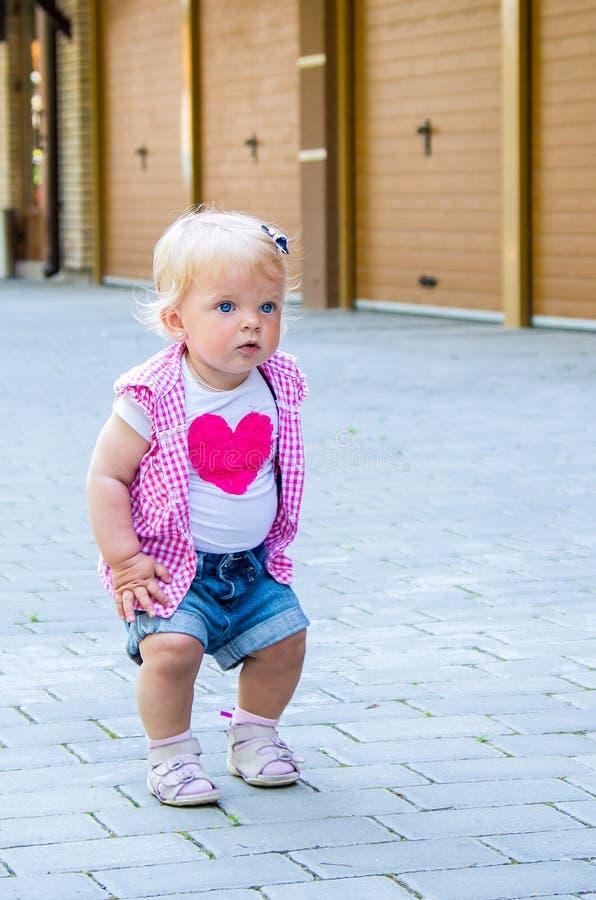 Retrato de uma menina com olhos azuis e cabelo louro fotos de stock royalty free