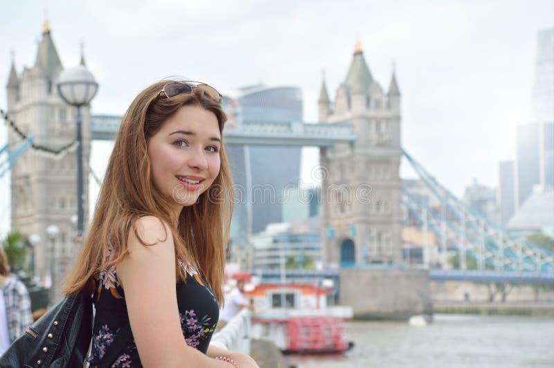 Retrato de uma menina com a ponte da torre no fundo em Londres imagens de stock royalty free