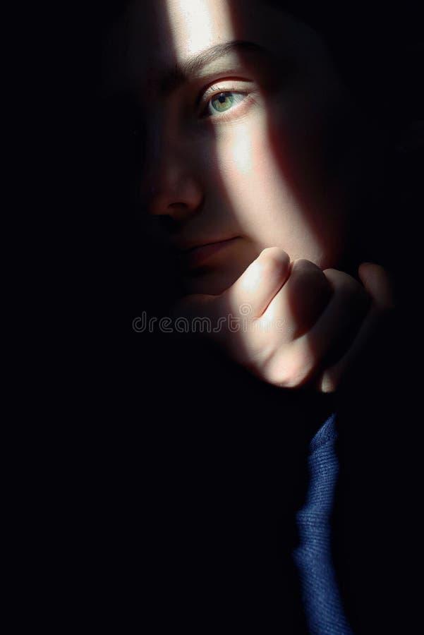 Retrato de uma menina com raios de Sun na cara fotografia de stock