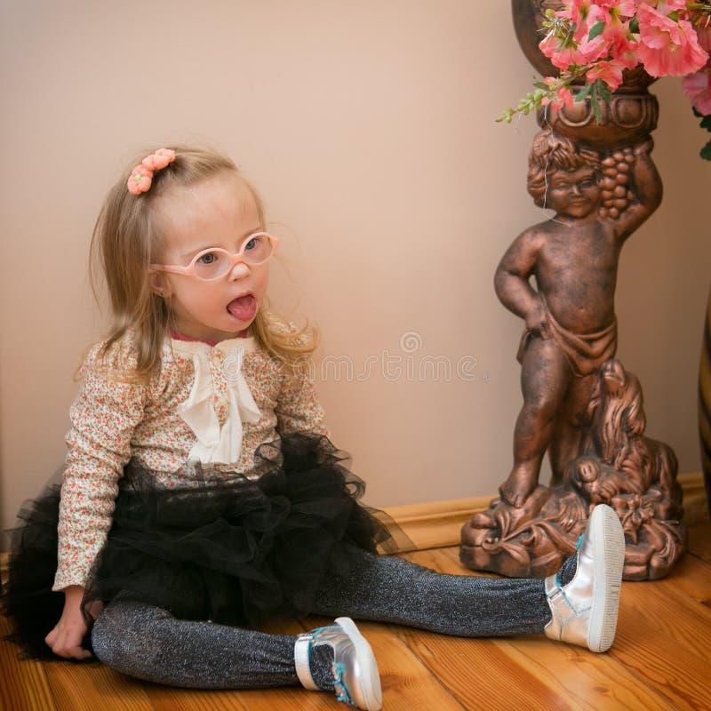 Retrato de uma menina com Síndrome de Down imagens de stock royalty free