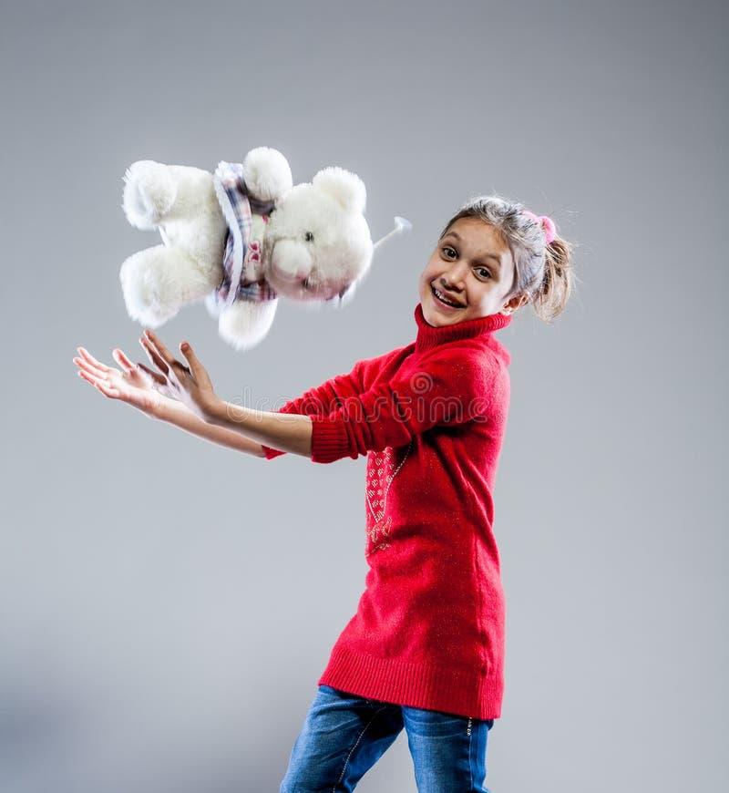 Retrato de uma menina com seu urso de peluche imagens de stock
