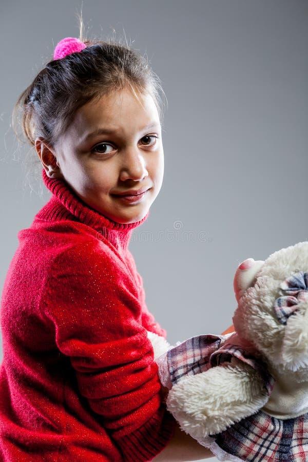 Retrato de uma menina com seu urso de peluche fotos de stock