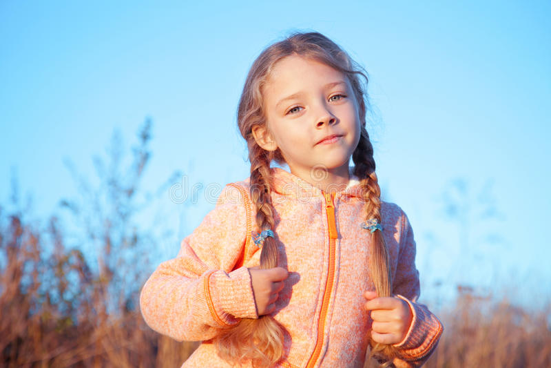 Retrato de uma menina com tranças fora fotos de stock royalty free
