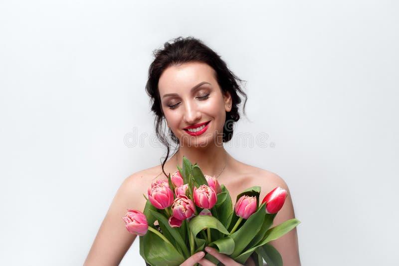 Retrato de uma menina com tulipas imagens de stock