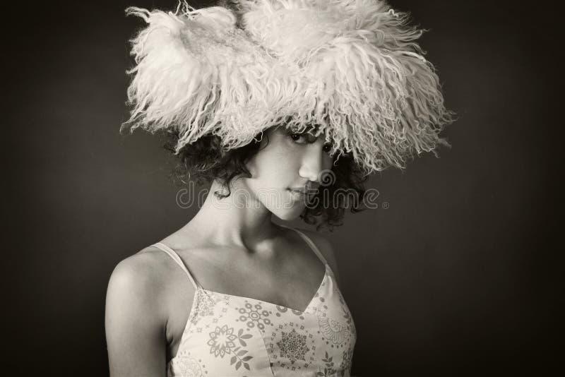 Retrato de uma menina com um chapéu forrado a pele imagens de stock