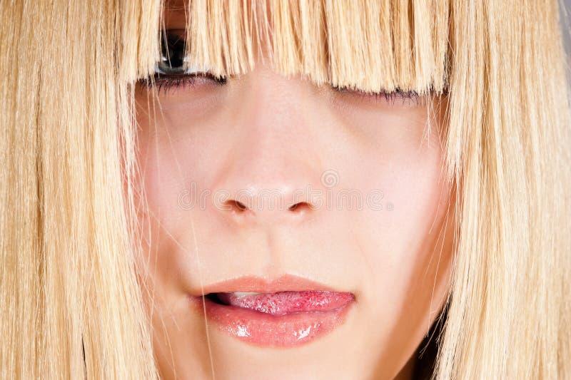 menina com um corte de cabelo à moda fotos de stock royalty free