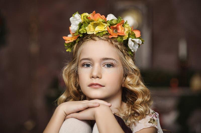 Retrato de uma menina com uma grinalda imagens de stock royalty free
