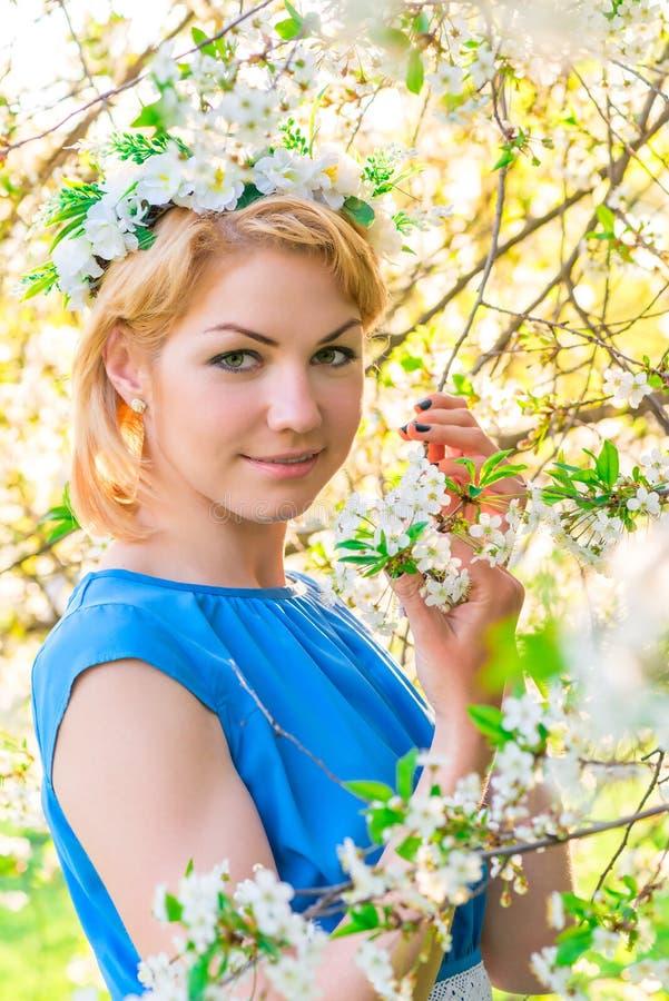 Retrato de uma menina com uma grinalda em sua cabeça foto de stock