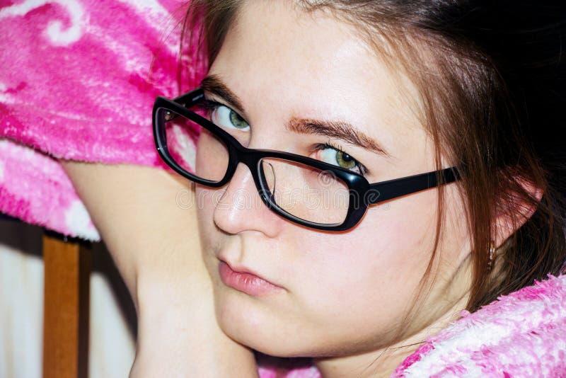 Retrato de uma menina com vidros fotografia de stock royalty free