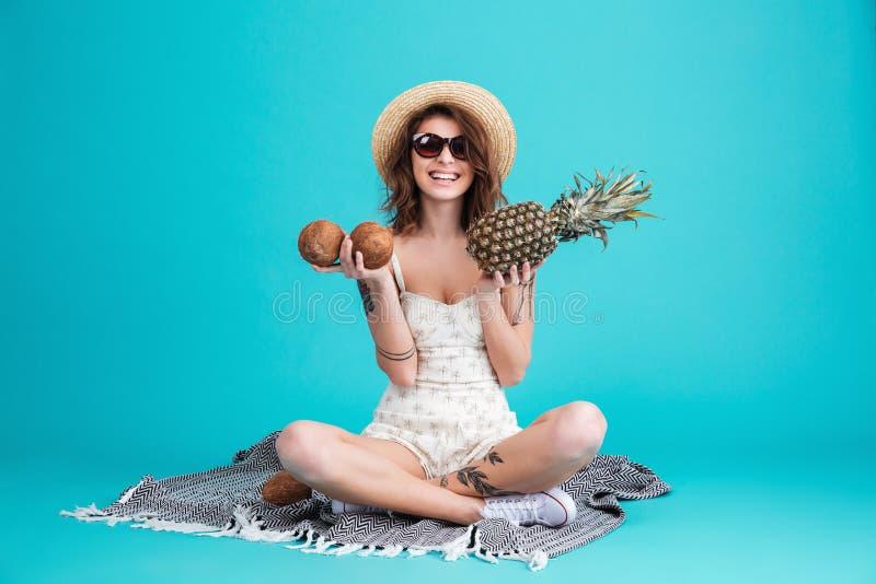 Retrato de uma menina consideravelmente nova do verão no chapéu de palha imagem de stock royalty free