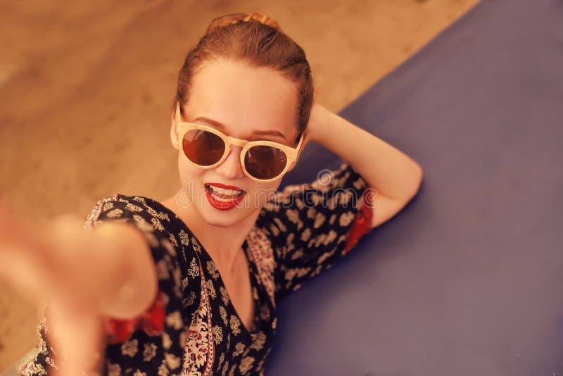 Retrato de uma menina da forma em óculos de sol de madeira e em estilo da hippie imagens de stock