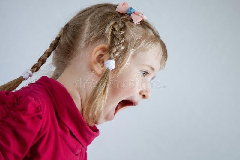 Retrato de uma menina da gritaria imagem de stock