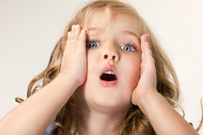 Retrato de uma menina de olhos azuis choc pequena fotografia de stock