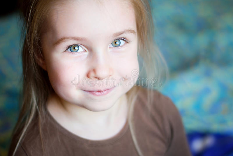 Retrato de uma menina de sorriso bonita imagem de stock