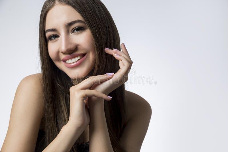 Retrato de uma menina de sorriso, cinzento imagem de stock