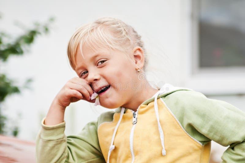 Retrato de uma menina de sorriso do país imagens de stock
