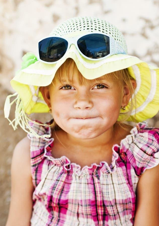 Retrato de uma menina de sorriso do país com bordos franzidos foto de stock