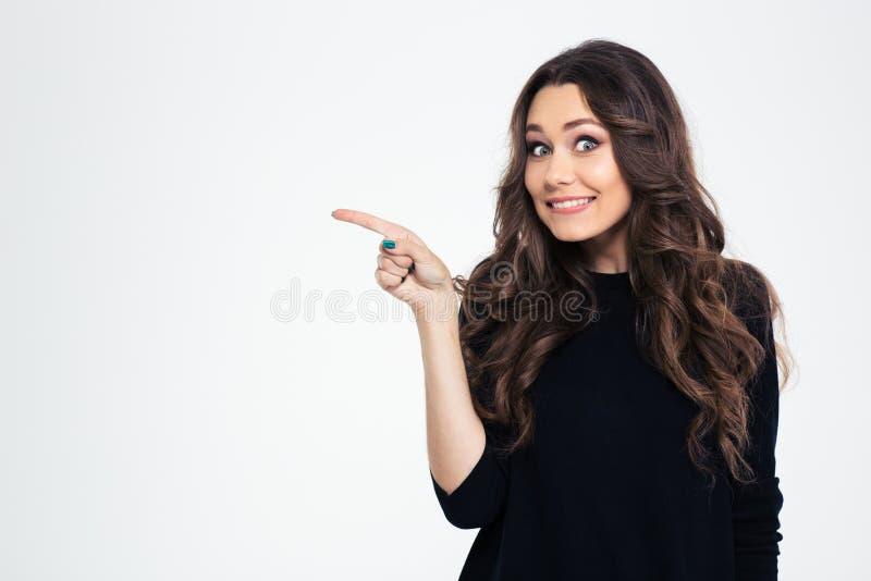 Retrato de uma menina de sorriso que aponta o dedo afastado imagens de stock royalty free