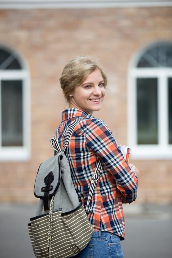 Retrato de uma menina do estudante com uma trouxa fotos de stock