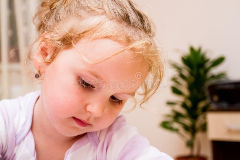 Retrato de uma menina doce foto de stock