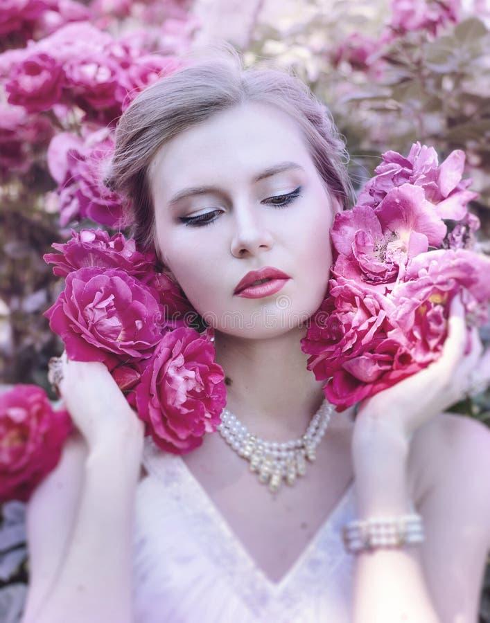 Retrato de uma menina doce, atrativa, delicada, romântica, sensual imagens de stock royalty free