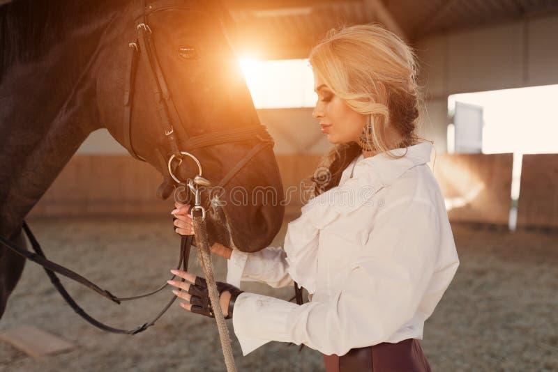 Retrato de uma menina e de um cavalo fotos de stock