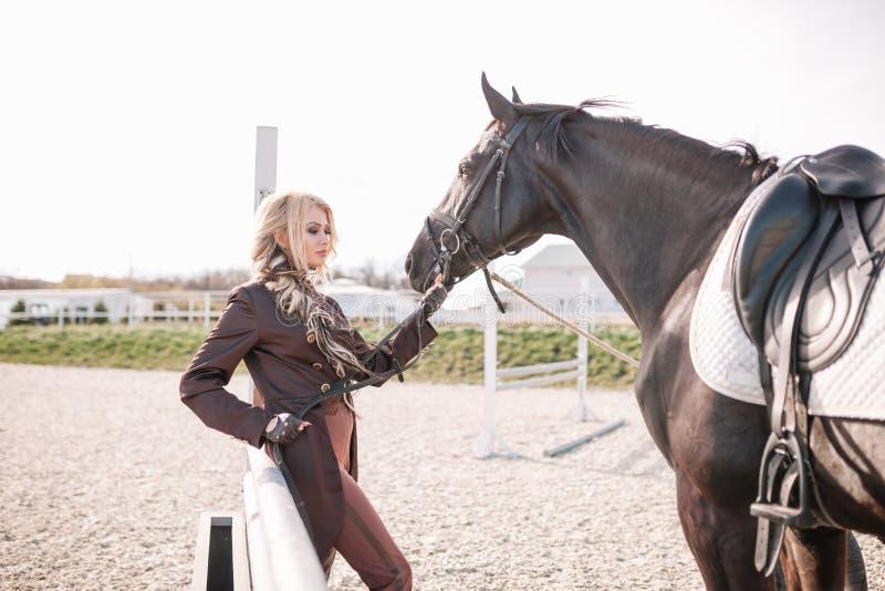 Retrato de uma menina e de um cavalo imagens de stock