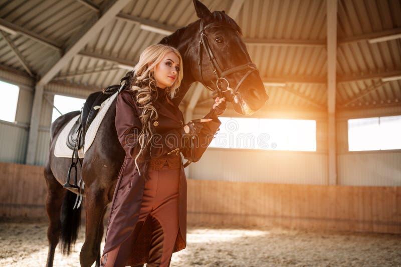Retrato de uma menina e de um cavalo foto de stock