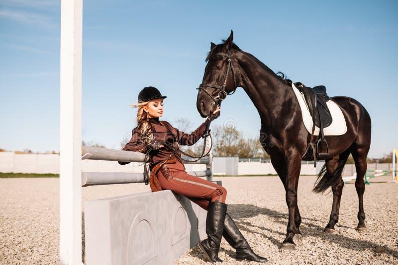 Retrato de uma menina e de um cavalo imagens de stock royalty free