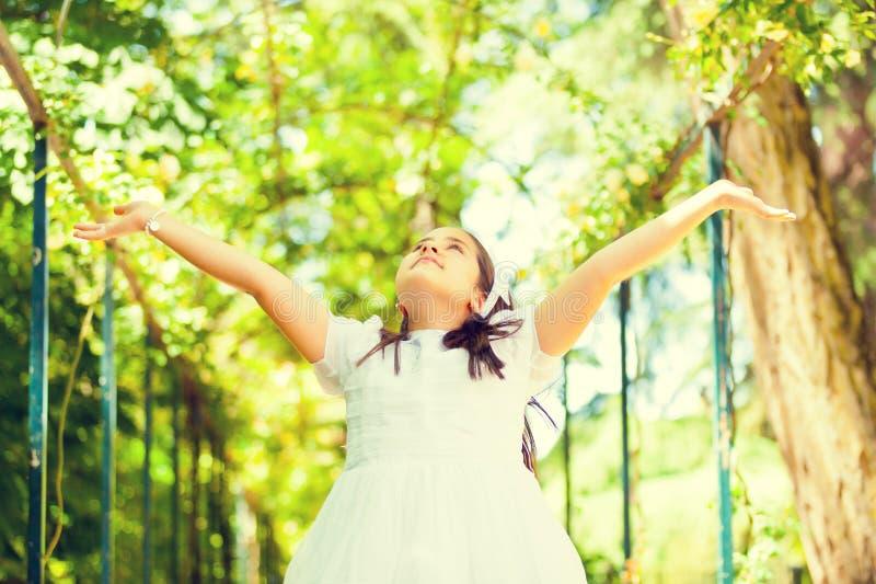 Retrato de uma menina em seu primeiro dia do comunhão foto de stock