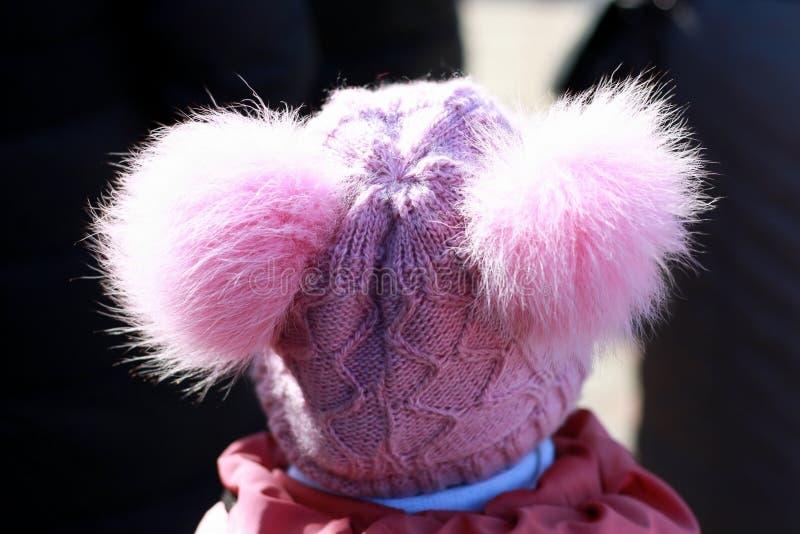 Retrato de uma menina em um chapéu cor-de-rosa fotos de stock royalty free