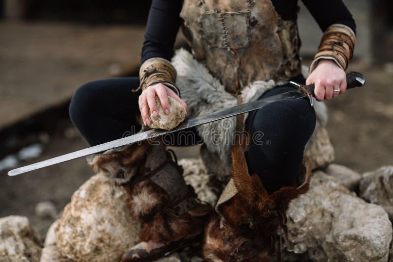 Retrato de uma menina em um equipamento de Viking, cabelo vermelho fotos de stock