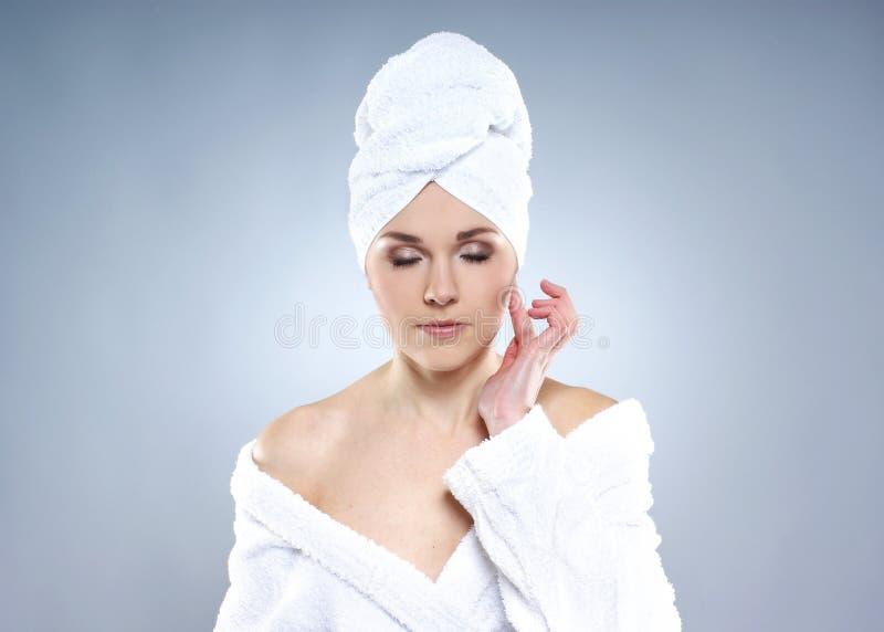 Retrato de uma menina em um procedimento do tratamento da beleza foto de stock