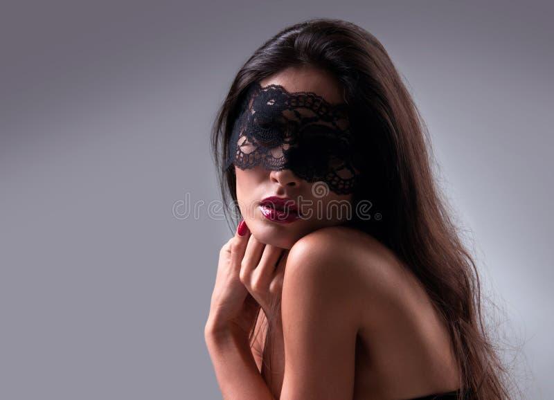 Retrato de uma menina em uma máscara foto de stock royalty free