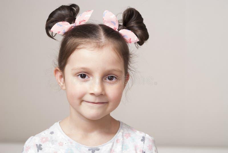Retrato de uma menina encantador foto de stock