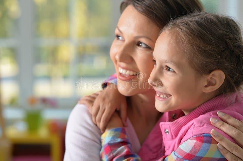 Retrato de uma menina encantador com mamã fotos de stock