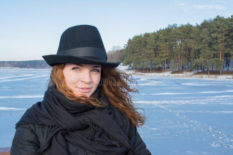 Retrato de uma menina europeia do cabelo vermelho bonito novo no chapéu negro imagens de stock