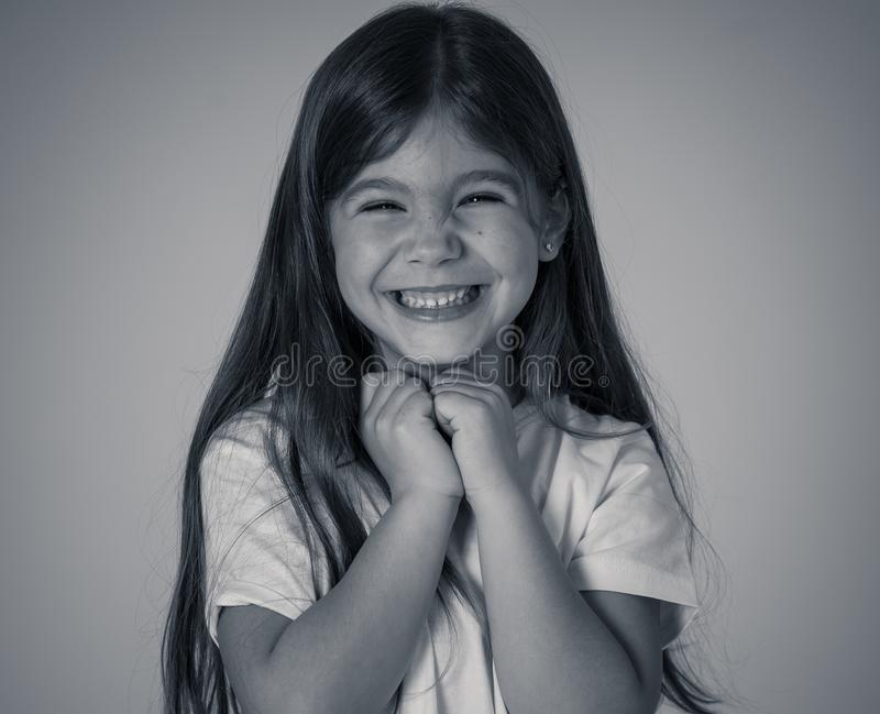 Retrato de uma menina feliz, bem sucedida bonita que comemora a vit?ria Express?o facial das emo??es humanas imagem de stock