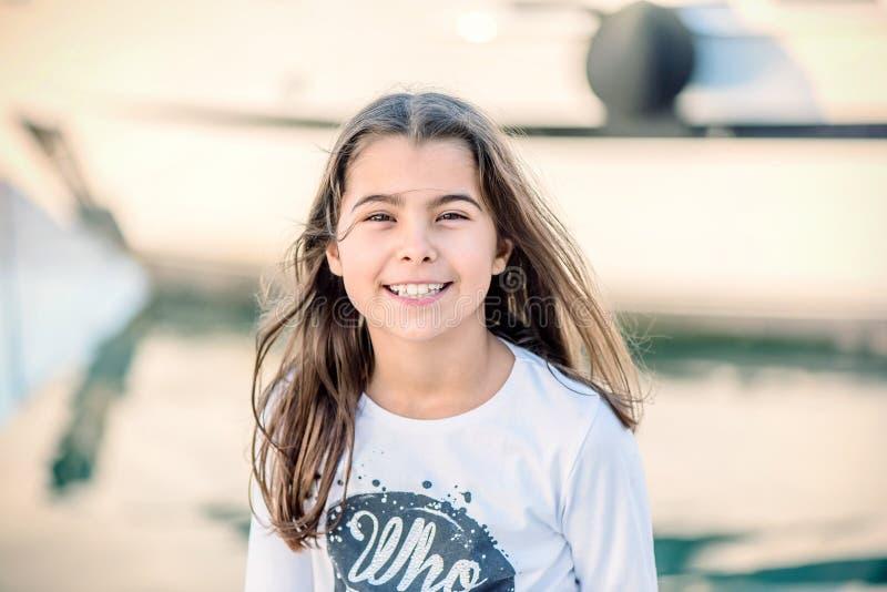 Retrato de uma menina feliz bonita que sorri e que olha a câmera foto de stock