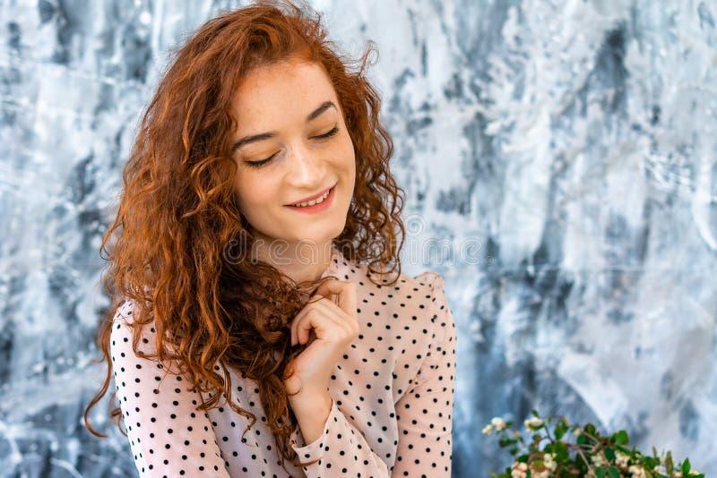 Retrato de uma menina feliz com cabelo vermelho, emoções positivas em sua cara imagem de stock