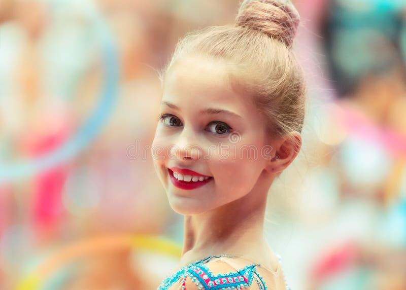 Retrato de uma menina feliz da ginasta fotografia de stock royalty free